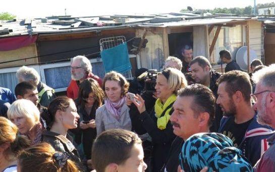 « Le campement rom des Coquetiers sous le coup d'une expulsion est un cas emblématique en région parisienne, parce qu'il abrite des familles qui ont cherché à s'intégrer et dont les enfants sont scolarisés », regrette Geneviève Garrigos, présidente d'Amnesty International France.