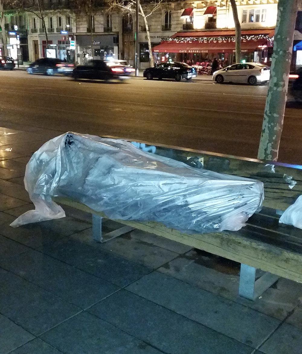 réfugiés contraints de dormir dans du plastique