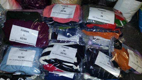 sacs de vêtements clairement identifiés